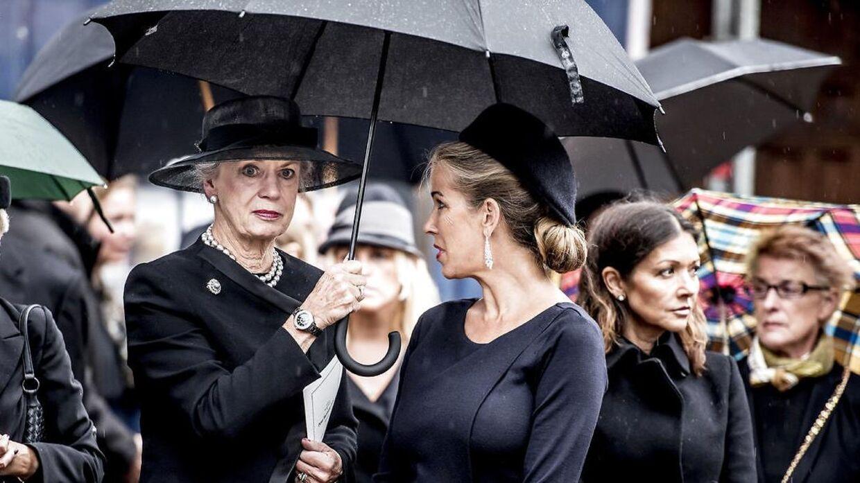 Både prinsesse Benedikte, kronprins Frederik, prins Henrik og grevinde Alxandra mødte op til Peter Zobels bisættelse. Her ses prinsesse Benedikte med Henriette Zobel.