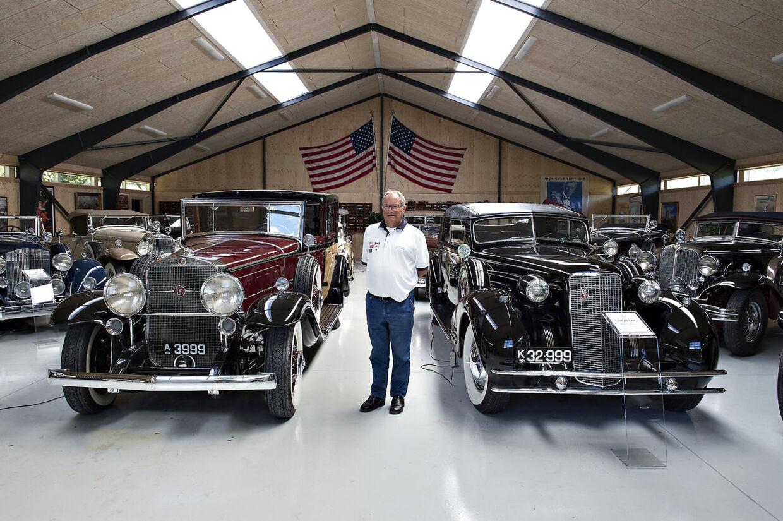 Henrik Frederiksen ses her sammen med en del af sine veteranbiler, inden de kom på auktion.