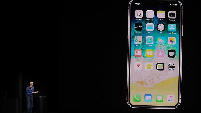 I baggrunden ses den nye iPhone X. Foto: JUSTIN SULLIVAN