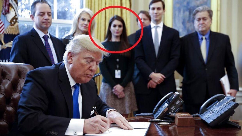 I baggrunden (med den røde ring) ses Hope Hicks.