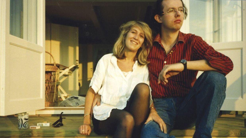 Eva Rausing og Hans Kristian Rausing i et solbeskinnet øjeblik før end det for alvor gik galt. Da resten af verden fejrede nytårsaften 1999, fejrede de det nye årtusinde med skud af heroin og gled ind i 12 års dyb afhængighed, som først sluttede tragisk i 2012.