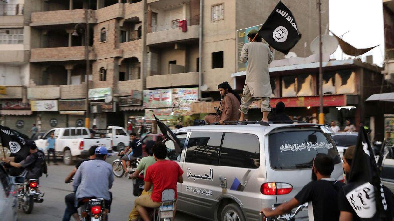 Arkivfoto. Personer loyale til Islamisk Stat i Raqqa tilbage i 2014.