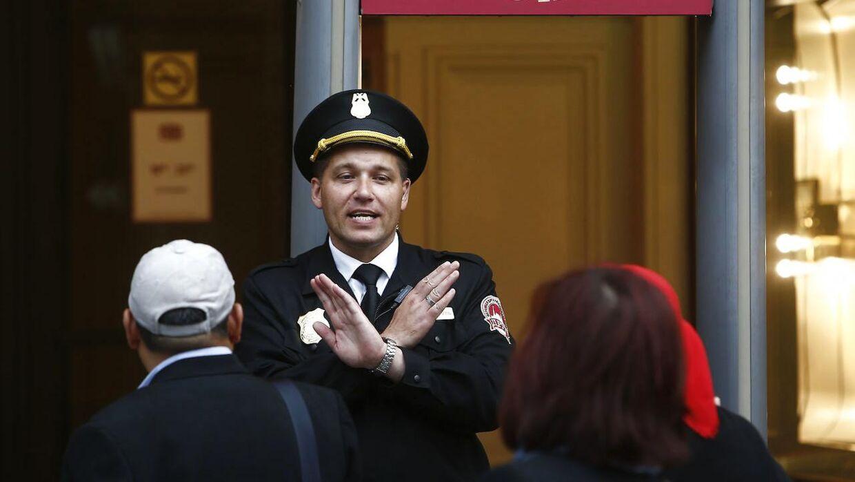 En sikkerhedsvagt blokerer en indgang til en af de evakuerede bygninger i Moskva.