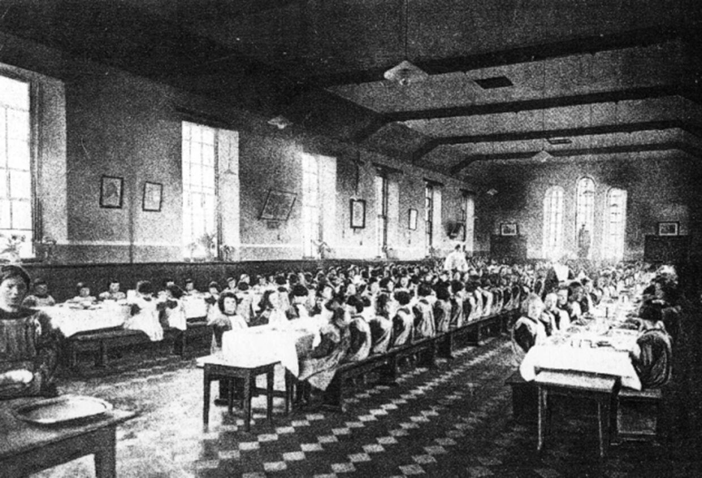 Pigernes spisesal. Dette foto fra Smyllum Park stammer fra en serie postkort fra det tidligere børnehjem.
