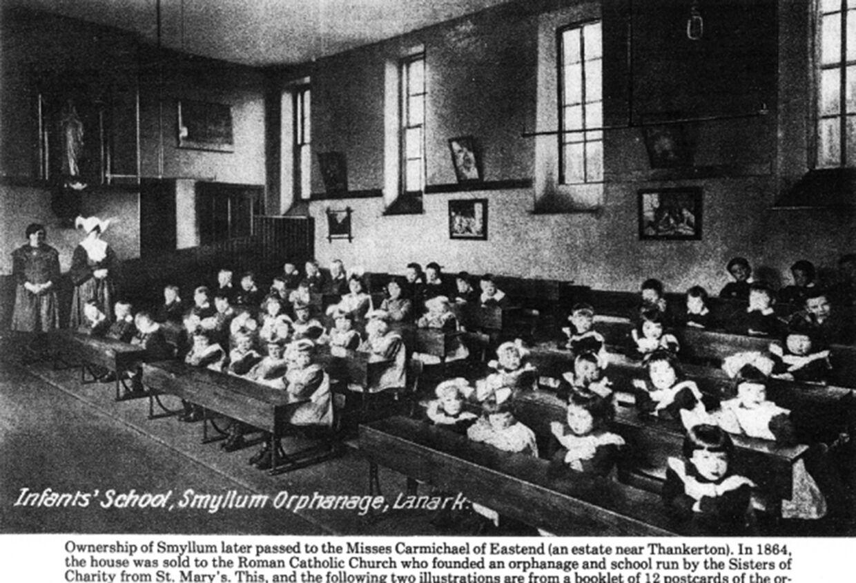 Skole for den mindste børn. Dette foto fra Smyllum Park stammer fra en serie postkort fra det tidligere børnehjem.