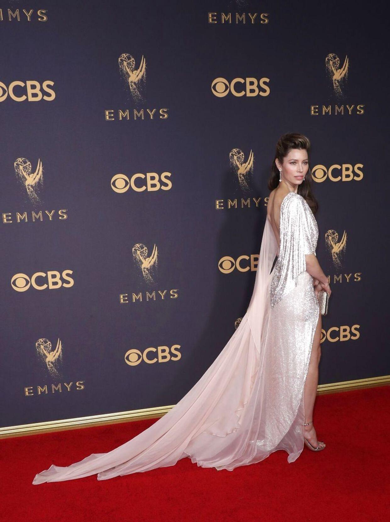 35-årige Jessica Biel ankom på den røde løber i en sølvglimmerkjole med florlet slæb af mærket 'Ralph & Russo Couture' og ifølge flere amerikanske medier blev hun udråbt blandt de bedst klædte denne aften.