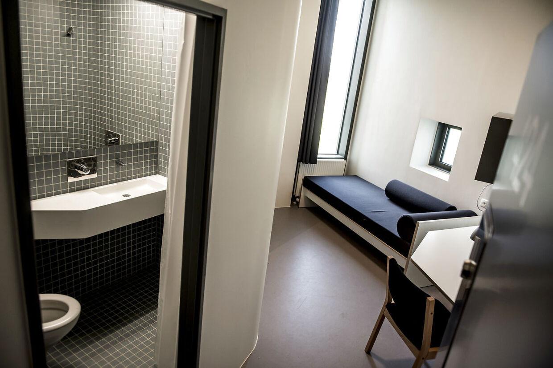De 12,8 kvadratmeter store celler, hvor de indsatte skal tilbringe en stor del af deres fritid, er blandt andet udrustet med fjernsyn og køleskab