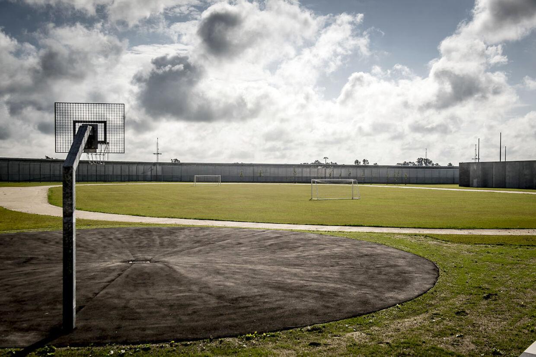 Der er flere udearealer, hvor de indsatte kan få lov til at komme ud og trække luft eller spille bold