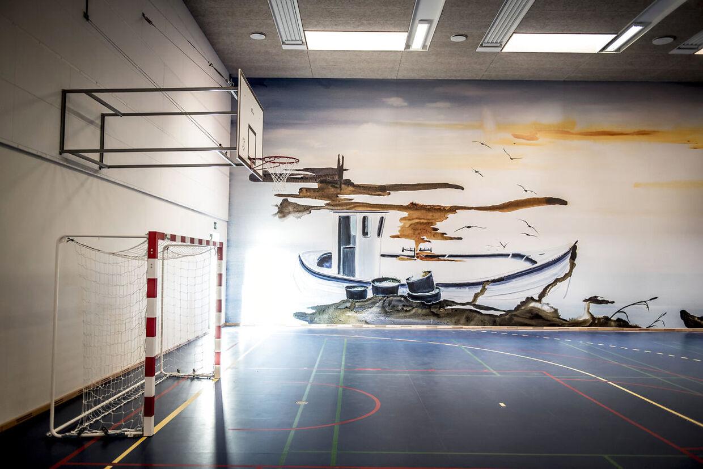Væggen i gymnastiksalen er udsmykket med et maleri af John Kørner