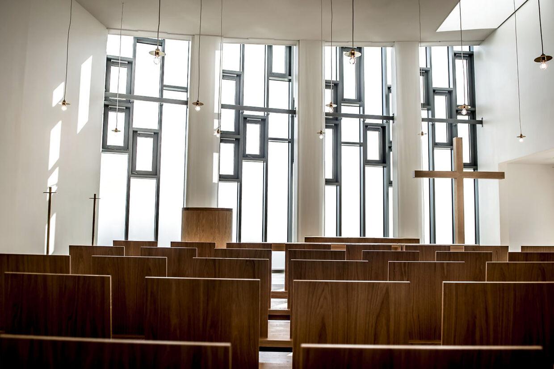 På fængselsområdet er der en kirke, hvor de indsatte kan gå til gudstjeneste eller sågar blive viet