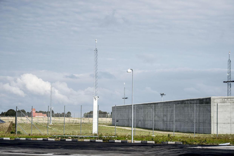 En stor betonmur, som er seks meter høj og 1,3 kilometer lang, omkredser fængslet (Foto: Mads Claus Rasmussen/Scanpix 2017)
