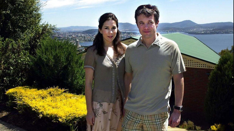 Kronprins Frederik og Mary Donaldson foran hendes fars hus i Hobart på den australske ø Tasmanien. Billedet er fra januar 2004 - få måneder inden kronprinsparrets bryllup i maj.