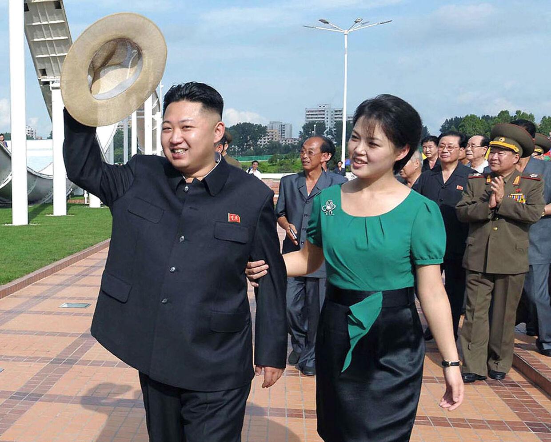 Få dage efter, at spekulationerne begyndte at cirkulere i den vestlige presse, udsendte Nordkoreas statsapparat en meddelelse om, at kvinden ved Kim Jong-uns side var hans hustru. Hvornår parret blev gift er aldrig sluppet ud over landets grænser.