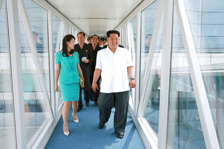 Kim Jong-un og hans kone indvier i 2015 en ny terminal i Nordkoreas lufthavn, hvor det ikke skorter på eksklusive varer i det toldfri område.