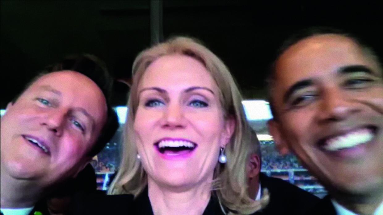 Det var denne selfie, som Helle Thorning tog med David Cameron og Barack Obama.