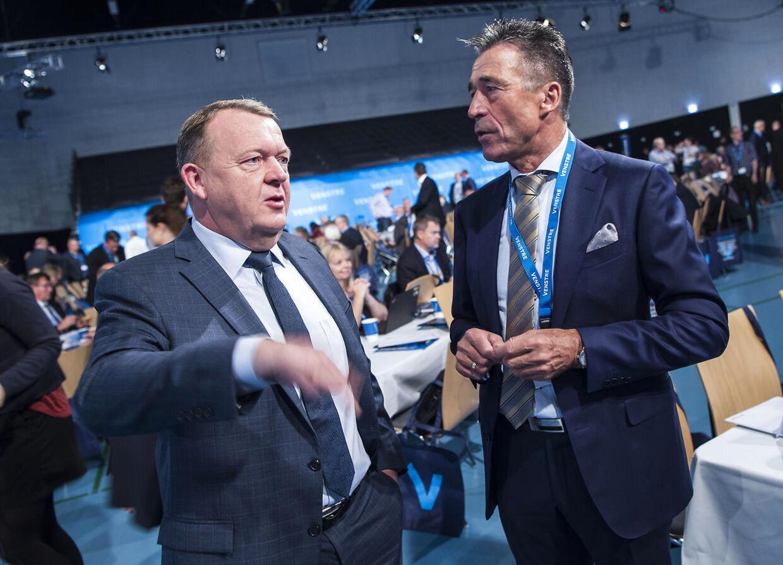 Statminister Lars Løkke ankommer og får en snak med Anders Fogh.. (Foto: Claus Fisker/Scanpix 2017)