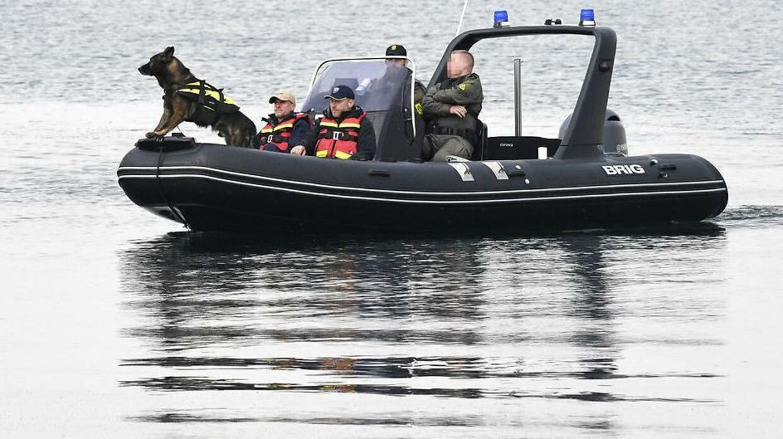 Særligt uddannede »lighunde« er overlegne i forhold til al anden teknik, når det gælder om at finde noget, som ligger under vandoverfladen, forklarer svensk politi.