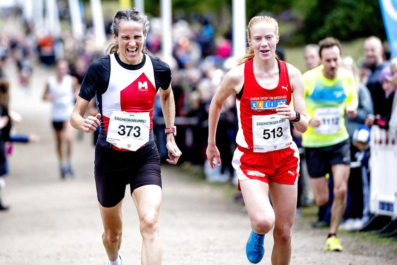 Søndag d. 8. oktober 2017 blev Eremitageløbet løbet i Dyrehaven nord nord for København for 49. gang. Det 13, 3 kilometer lange Eremitageløb er verdens ældste motionsløb. Vinder af løbet blev Abdi Ulad i tiden 00.40.04. Hurtigste kvinde blev Sylvia Kiberenge i tiden 00.44.32. Her spurter Marie Brandt Schultz (tv) og Clara Kall om trediepladsen. Marie var hurtigst.