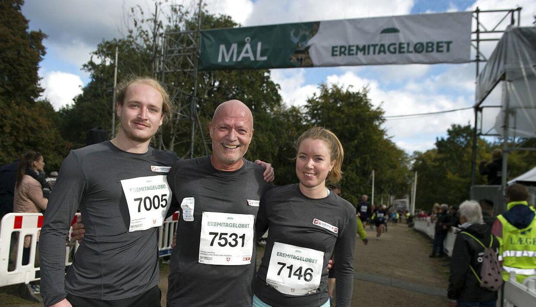 Thomas Lykkeberg med børnene Laura og Jens Peter på det sted i målområdet, hvor han faldt om med hjertestop sidste år.