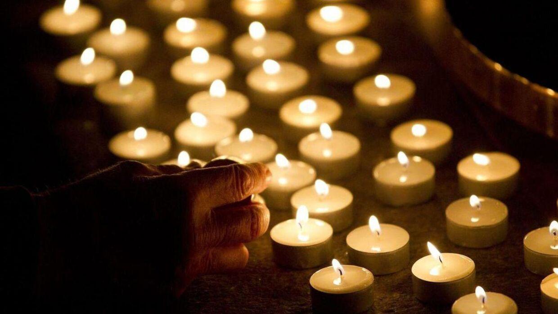 Det er lørdag aften nødvendigt med stearinlys, eftersom at 4200 hustande i dele af København er uden strøm. Akrivfoto: Scanpix