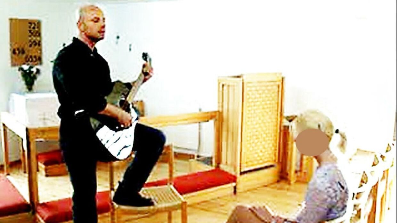 Bjarne Skounborg alias Peter Lundin spiller guitar for sin brud Betinna Brøns, da de blev gift.