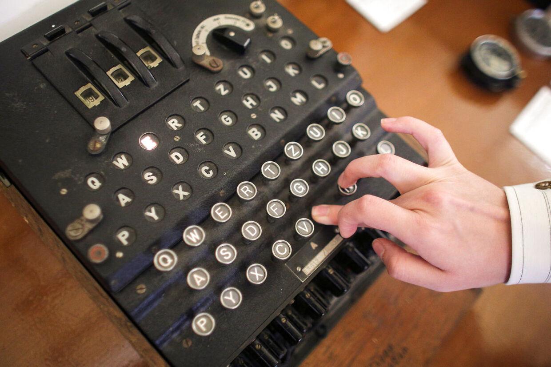 Chiffermaskinen Enigma blev for alvor taget i brug under Anden Verdenskrig. Men da Elizebeth Friedman startede som kodeknækker i 1917, var der ingen hjælpemidler overhovedet.