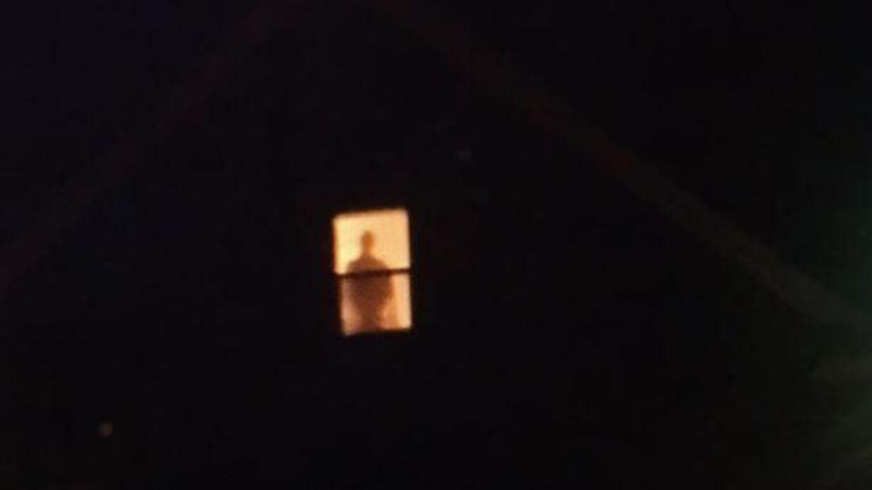 Her ses den 'uhyggelige' skikkelse som har skræmt Kellie Burkharts nabo i længere tid.