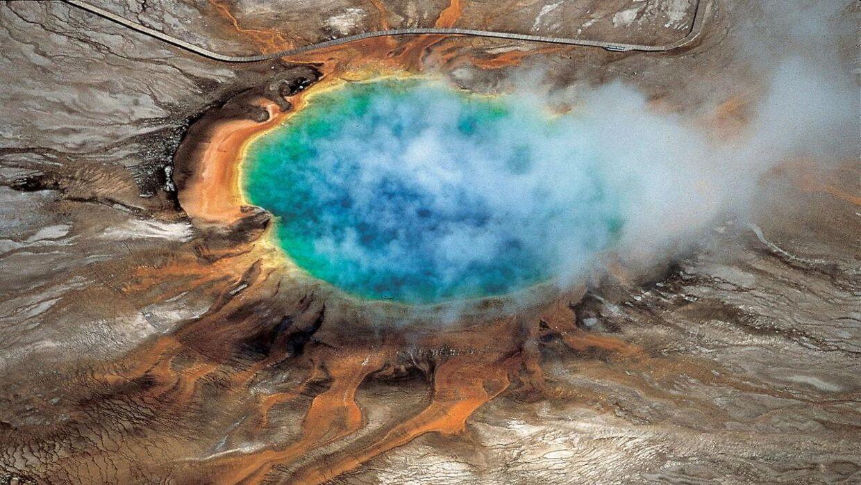Billedet viser den berømte 'Grand Prismatic Spring' i Yellowstone Nationalpark. De varme kilder i området vidner om, at der under overfladen gemmer sig et magmakammer i en supervulkan.