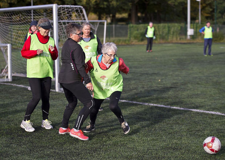 72-årige Ingrid Sejersten Thomsen (tættest på bolden) har ikke spillet fodbold, før hun startede til fodboldsfitness for halvandet år siden. I dag er hun af holdets hurtige spillere: »Jeg kan drøne efter bolden og bagefter stoppe op og se lidt på, at de andre spiller. Den form for intervaltræning får man ikke andre steder.«