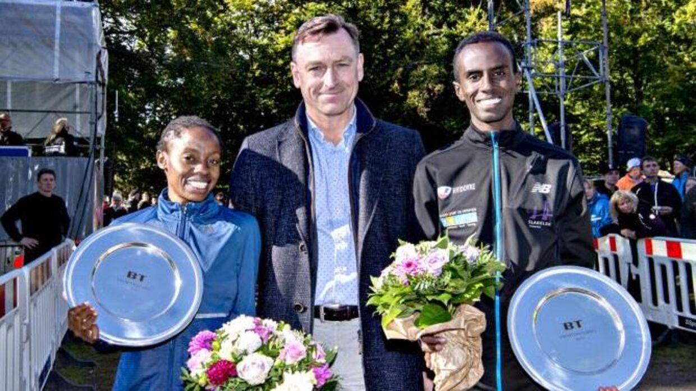 BTs chefredaktør, Jens Grund, sammen med årets vindere i Dyrehaven, Sylvia Kiberenge og Abdi Hakin Ulad.