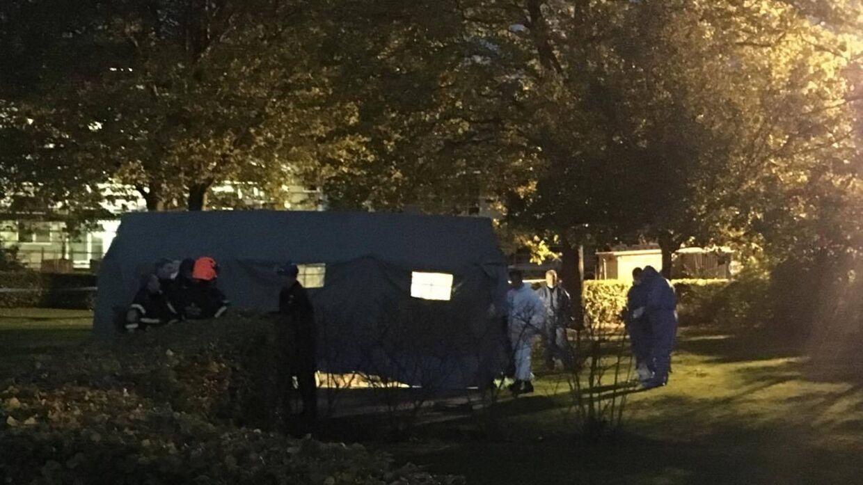 Efterforskere undersøger findestedet i boligområdet i Glostrup. Billedet her er fra mandag aften.