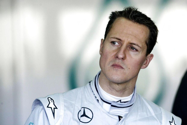 RB - Michael Schumacher forlader hospitalet. Formel 1-legenden forlader hospitalet i Lausanne og fortsætter sin genoptræning hjemme hos sig selv. Den syvdobbelte Formel 1-verdensmester Michael Schumacher, der i flere måneder lå i koma, forlader hospitalet i Lausanne og vender tilbage til sit hjem i Schweiz, oplyser familien i en pressemeddelelse til en række nyhedsbureauer.... Michael Schumacher forulykkede på ski den 29. december 2013 og slog hovedet voldsomt efter mødet med en sten. Herefter blev han lagt i kunstigt koma, hvor han lå i knap 170 dage. - Der venter en lang og svær vej forude, udtaler Schumachers manager, Sabine Kehm, i pressemeddelelsen. - Derfor finder Michaels genoptræning sted i hans hjem.De alvorlige skader taget i betragtning har der været fremskridt i de seneste uger og måneder, lyder det fra manageren.