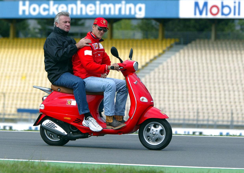Willi Weber får et lift af Schumacher på Hockenheimring-banen i 2002.