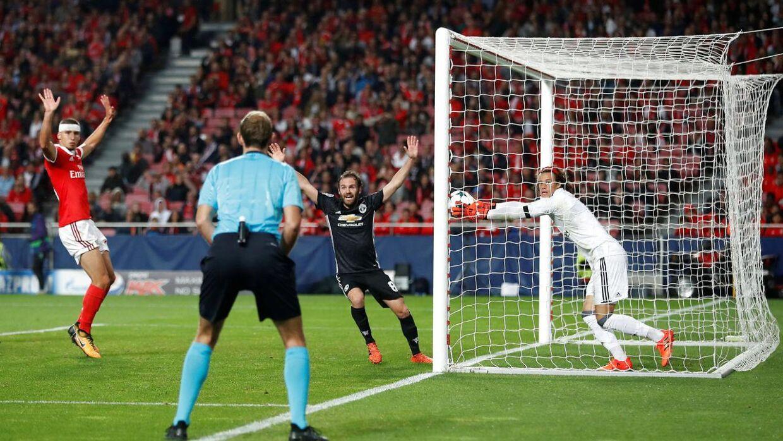 Benficas målmand, Mile Svilar (th), har selv båret bolden ind i sit eget mål i Champions League-kampen mod Manchester United, som vandt 1-0 på dette mål.