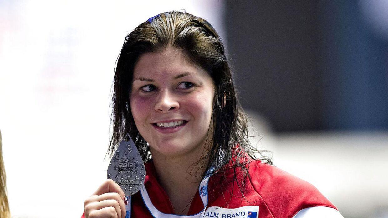 Lotte Friis med en af sine mange medaljer. I fremtiden kunne hun godt se sig selv som sportsvært.