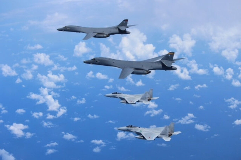 Japan, Sydkorea og USA indledte tirsdag militærøvelser, der skal forberede trekløveret på missil- og atomangreb fra Nordkorea. Det oplyser Sydkoreas militær. Reuters/Handout/arkiv