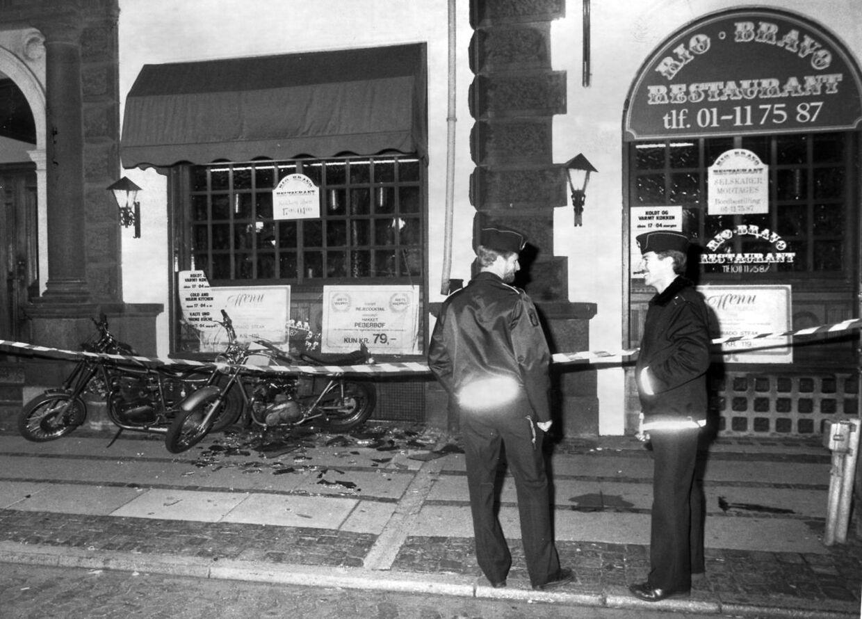 Mandag den 2. september 1985 kl. 23.00 blev den 29 årige Michael Nicolaj 'Hindholm' Nielsen fra HA-støttegruppen Morticians ramt af et enkelt skud i halsen uden for restaurant Rio Bravo i København. Peter 'Panik' Espensen og S.S.L. fra rockergruppen Bullshit blev anholdt sigtet for drabet. Ved en nævningedomstol i Østre Landsret i København den 21. august 1986 blev Peter Espensen frifundet for drab, da nævningene mente, han handlede i selvforsvar.