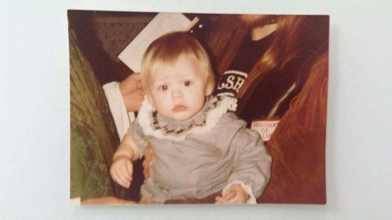 Cindie Grander 9 måneder gammel, da hendes far Steen 'Gnid' Grabow Grander blev dræbt. Her sidder hun i armene på Henning Nobert alias Bullshit-præsidenten 'Makrellen'.