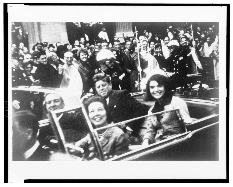 Kennedy-parret fotografet i den åbne vogn i Dallas kort før præsidenten blev ramt af det dræbende skud.
