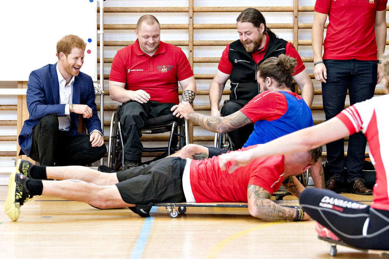 Prins Harry af Storbritannien gæster Danmark. Torsdag d. 26. oktober besøgte han blandt andet Svanemøllen Kaserne. Prins Harry kigger på Rolling Floorball og taler med veteraner. (Foto: Bax Lindhardt/ Scanpix)