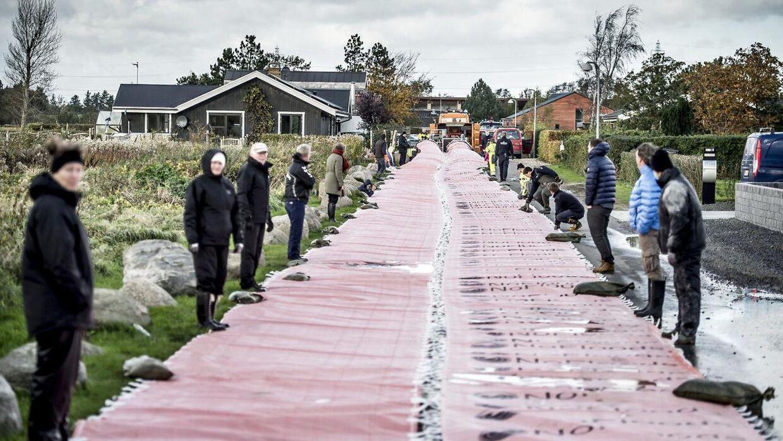 Frivillige borgere fra Jyllinge ved Roskilde og Beredskabstyrrelsen forbereder sig på den forhøjedede vandstand som er varslet senere på aftenen søndag d. 29 oktober 2017.