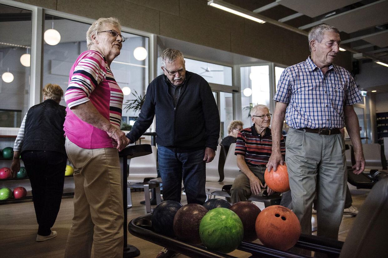Gitte Pedersen, Ebba Thygesen, Svend Fabrin, Willy Jepsen og Egon Hybsman spiller bowling i Skærbæk Kursus- og Fritidscenter.