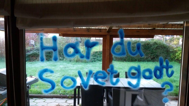Michael Hald blev meget forskrækket, da han så, at en gerningsmand havde skrevet på vinduet ind til stuen med spejlvendt skrift.