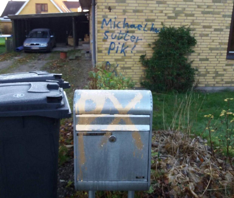 Det er anden gang, at 'P.X.'-signaturen har fundet vej til Michael Halds hus. Sidste gang gik det også ud over andre huset på vejen, men denne gang er det kun hos Michael Hald. Her står der P.X. på postkassen.