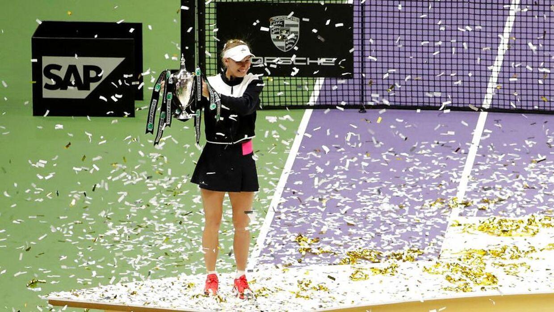 Caroline Wozniacki løfter her trofæet efter, hun har vundet sæsonfinalerne i Singapore