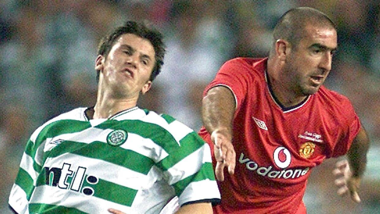 En ung Liam Miller i kamp mod Eric Cantona i en testimonial match på Old Trafford i 2001. REUTERS/Ian Hodgson