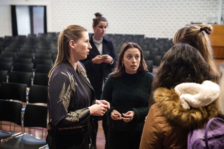 Pigerne ville ikke slippe Mette Frederiksen efter debatten på Mariager Gymnasium. Det blev til en god snak om prioriteringer.