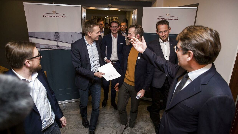 Glæden var stor, da beskæftigelsesminister Brian Mikkelsen og økonomi- og indenrigsminister Simon Emil Ammitzbøll søndag holdt et kort pressemøde sammen med DF og de Radikale efter de afsluttende politiske forhandlinger om erhvervs- og iværksætterpakken. Nu får DF kritik for sin medvirken.