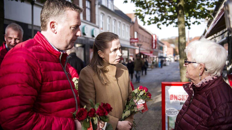 Mette Frederiksen mødte sammen med den lokale spidskandidat Leif Staarup den ældre kvinde på gågaden i Hobro. Kvinden fortalte om, hvordan hun for første gang har bedt kommunen aflastning i pasningen af hendes syge mand. Men hun fik afslag.