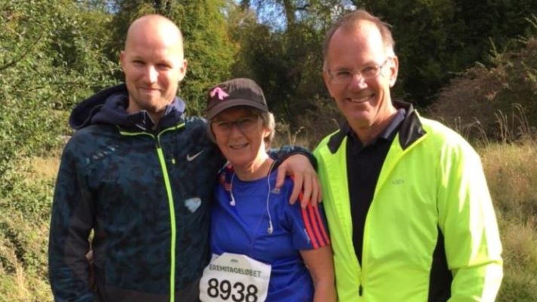 Familieglæde i Dyrehaven. Årets kvindelige Eremitageløber, Lone Brinch Petersen, hyldes efter sit comeback i skoven af sønnen Martin, tv., og manden Ole Brinch Petersen.